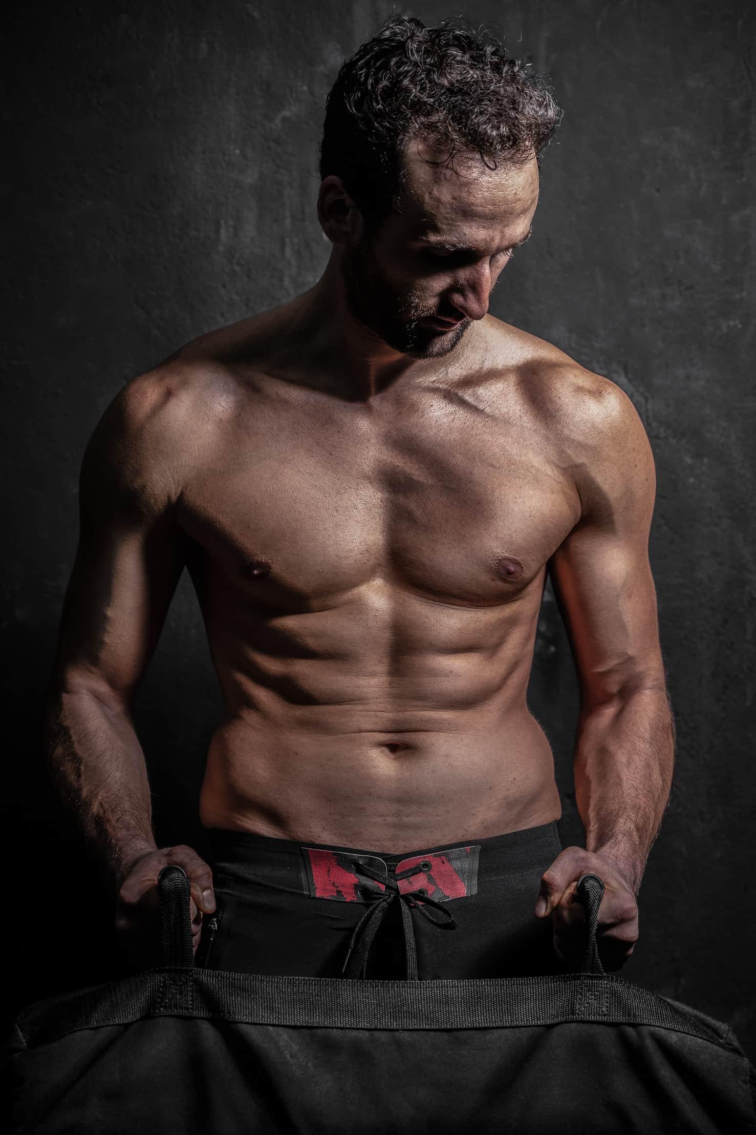 fotografofitness ritratto ragazzo muscoloso a torso nudo