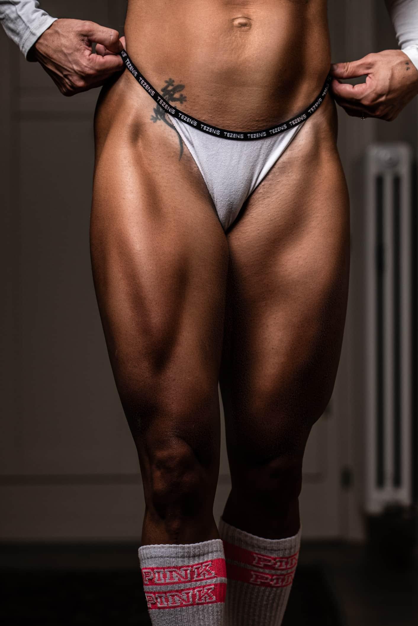 fotografofitness servizio fotografico boudoir dettagli gambe ragazza muscolosa in intimo bianco