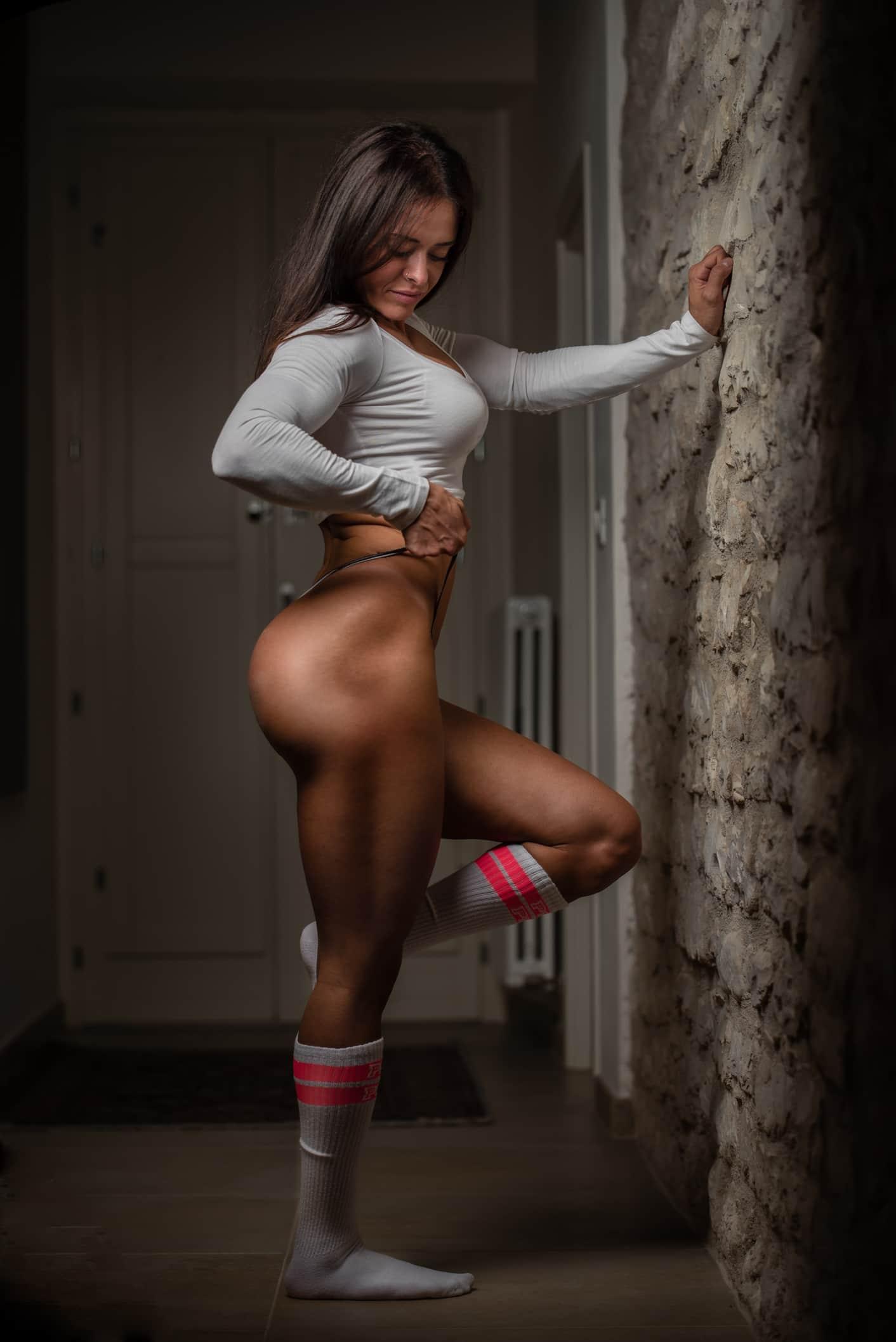 fotografofitness servizio fotografico boudoir ragazza muscolo in intimo bianco e maglia bianca appoggiata ad un muro di mattoni