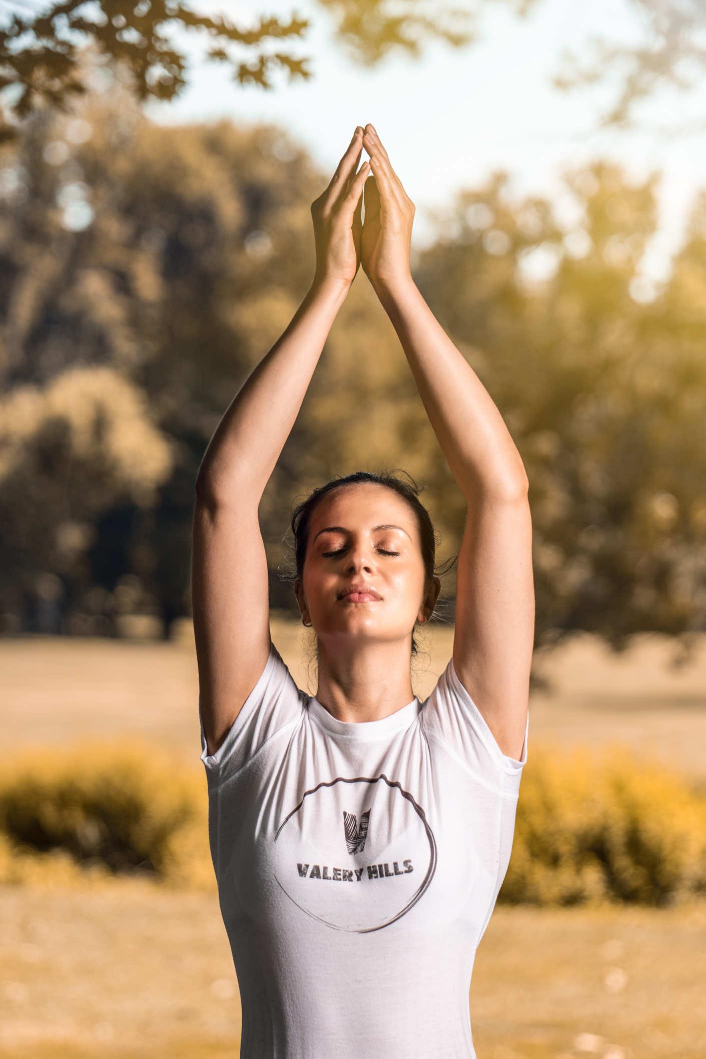 ragazza in meditazione yoga al parco di monza
