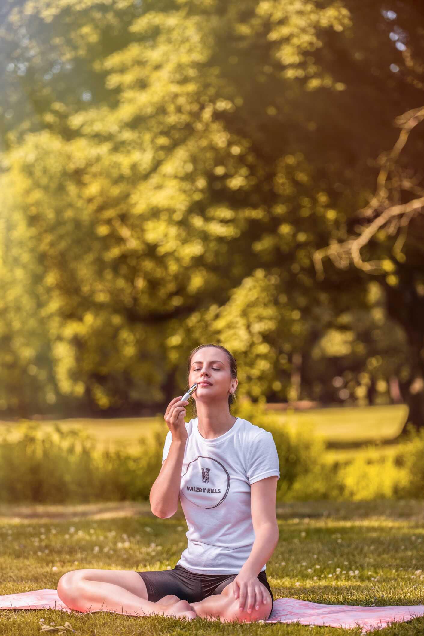 ragazza fa yoga al parco di monza
