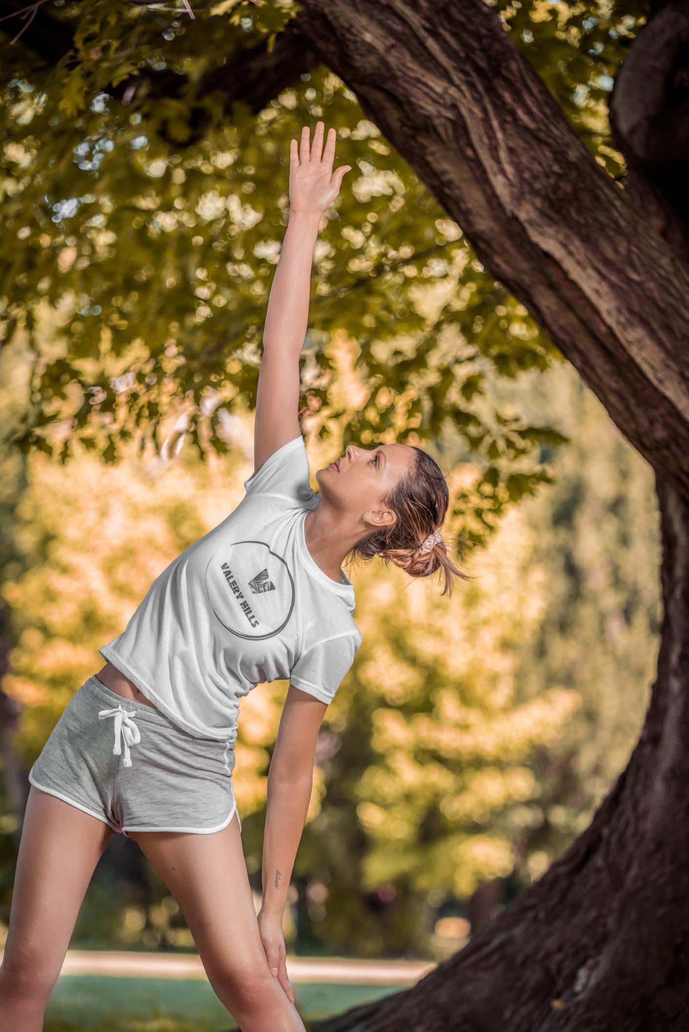 ragazza fa yoga vicino ad un albero al parco di monza